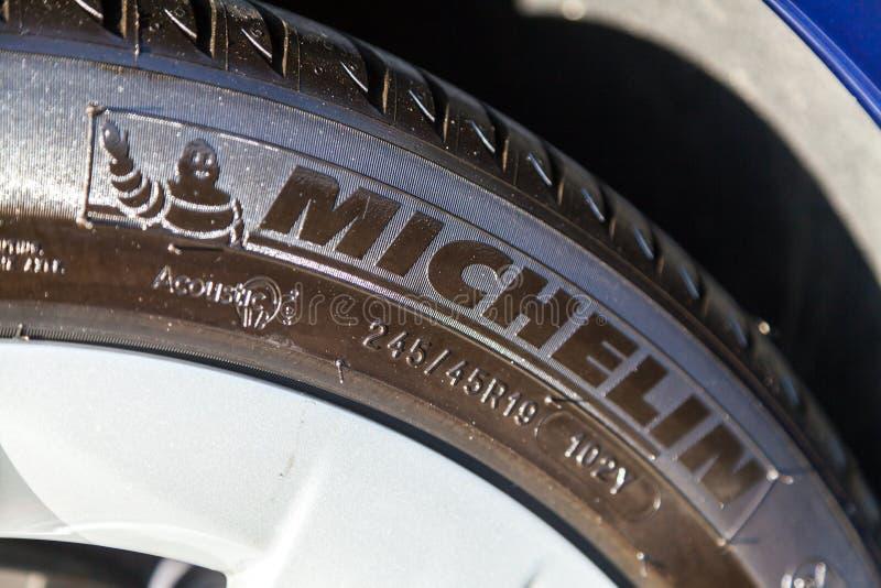 Логотип Michelin на автошине стоковые изображения rf