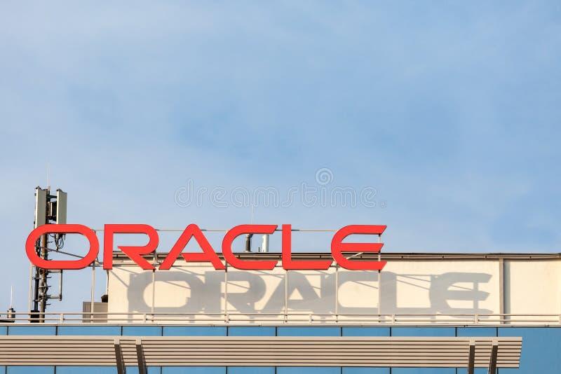 Логотип Oracle на их главных офисах для Белграда, Сербии Oracle американская многонациональная корпорация компьютера стоковые изображения