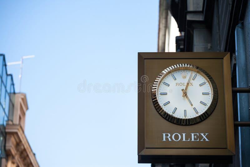 Логотип Rolex на часах на их розничном торговце в Белграде Rolex швейцарский роскошный часовщик специализированный в вахтах стоковая фотография rf