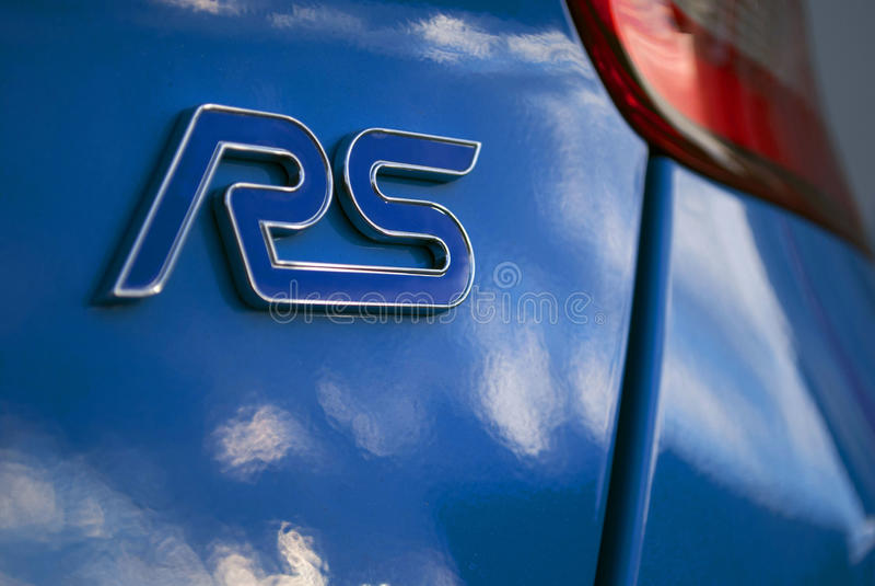 Логотип RS на голубом автомобиле стоковая фотография