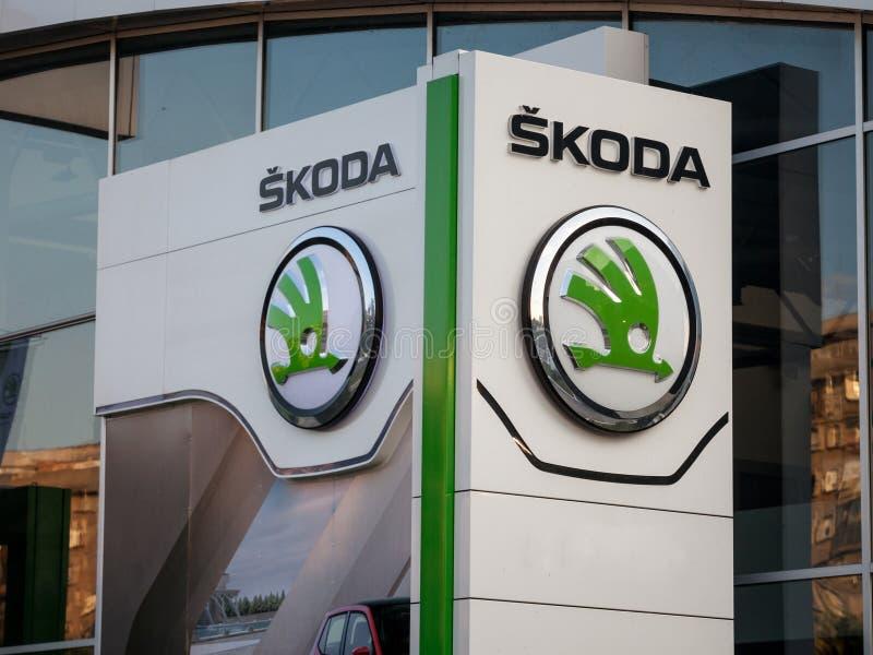 Логотип Skoda на их главном магазине Белграде дилерских полномочий Skoda чехословакский автомобиль и автомобильная часть изготови стоковая фотография