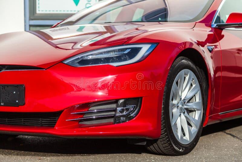 Логотип Tesla на автомобиле Tesla стоковые фотографии rf