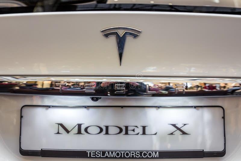 Логотип Tesla на автомобиле Tesla стоковая фотография