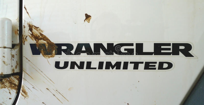 Логотип Wrangler виллиса неограниченный с выплеском грязи стоковое изображение