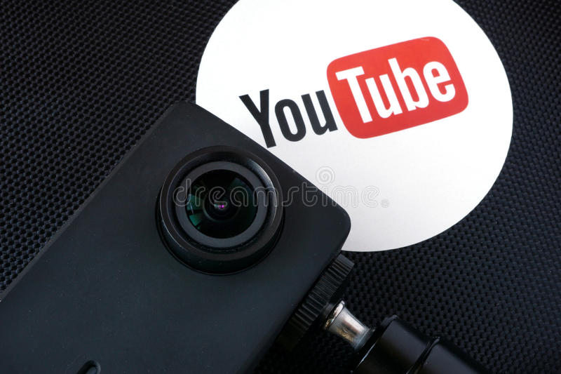 Логотип Youtube на коробке и видеокамере стоковое изображение