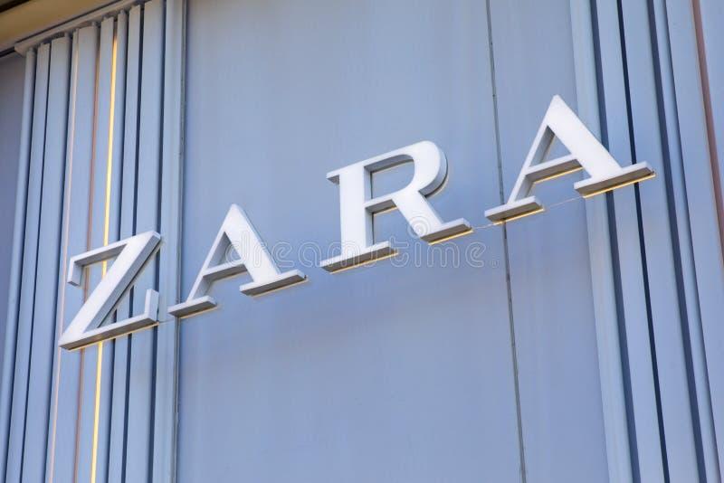 Логотип Zara на внешней витрине магазина стоковые фотографии rf