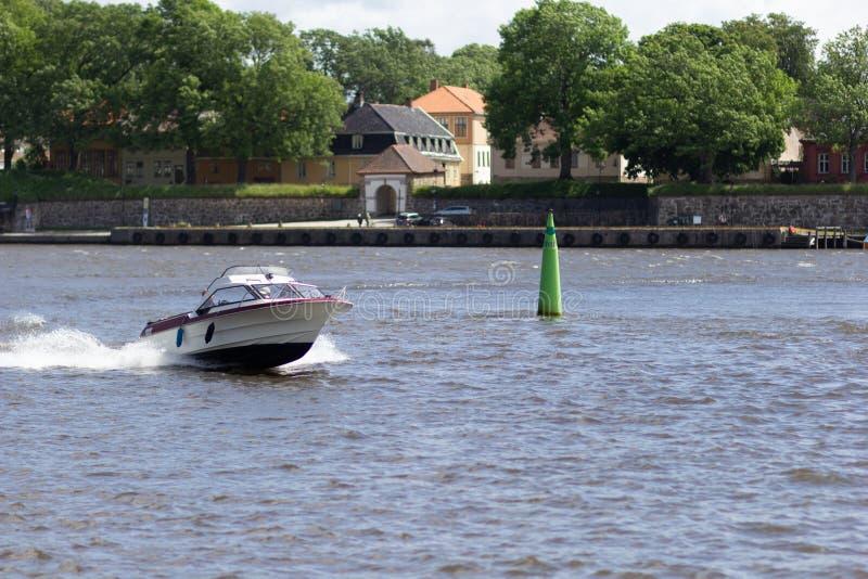 Лодка и зеленый высокий буй под водой стоковое фото