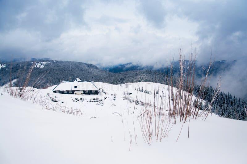 Ложа зимы среди гор стоковое фото rf