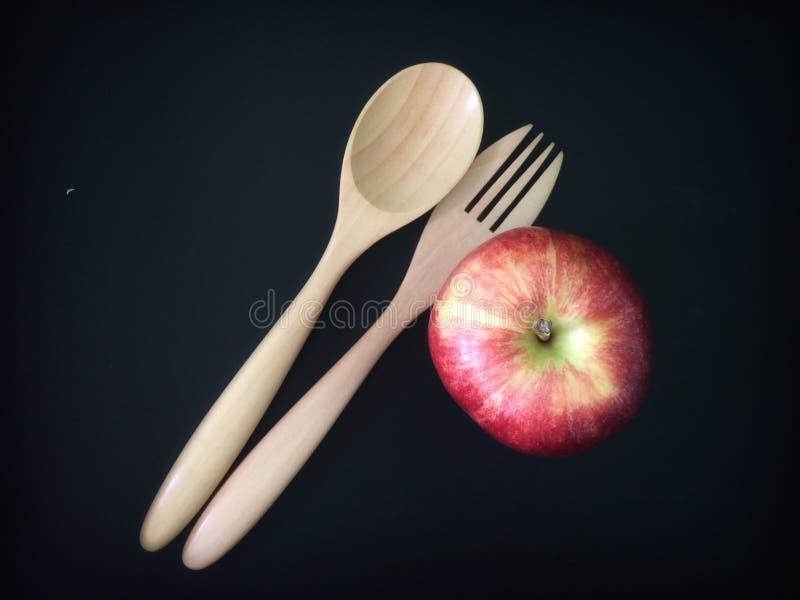Ложка, вилка и красные диета и питание яблока стоковые изображения rf