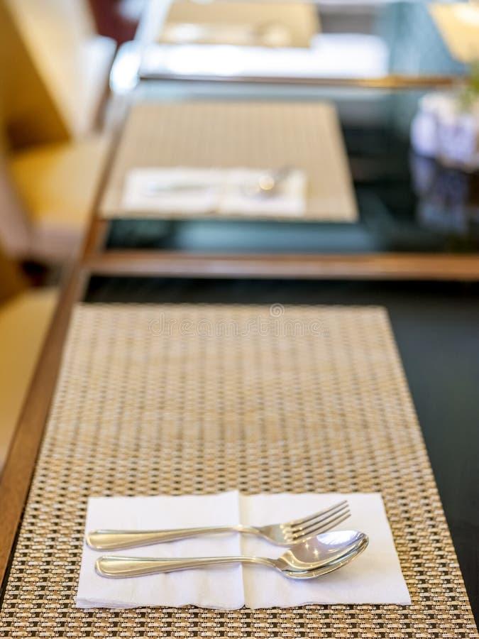 Ложка и вилка организованные на таблице во время завтрака расположенного в Бандунге, Индонезии стоковые изображения rf