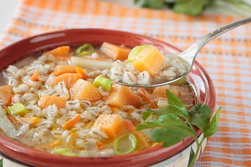 Ложка супа ячменя с турнепсом стоковое изображение rf