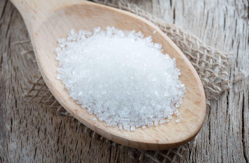 Ложка с белым сахаром на деревянной предпосылке стоковое фото rf