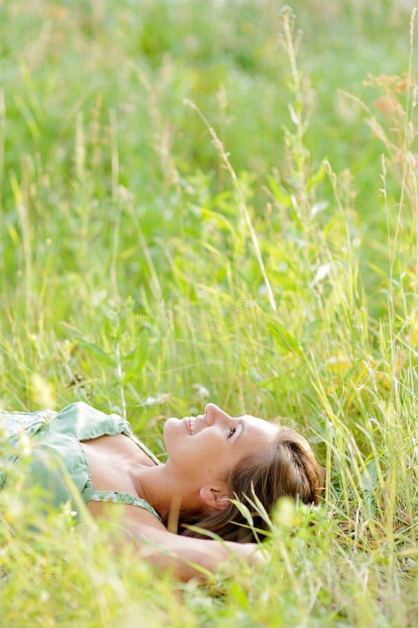 Ложь женщины в парке Стоковые Изображения RF
