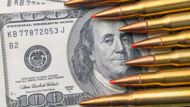 Ложь конца-вверх пуль на счетах 100 долларов Концепция валюты и обороны страны космоса экземпляра стоковые фотографии rf