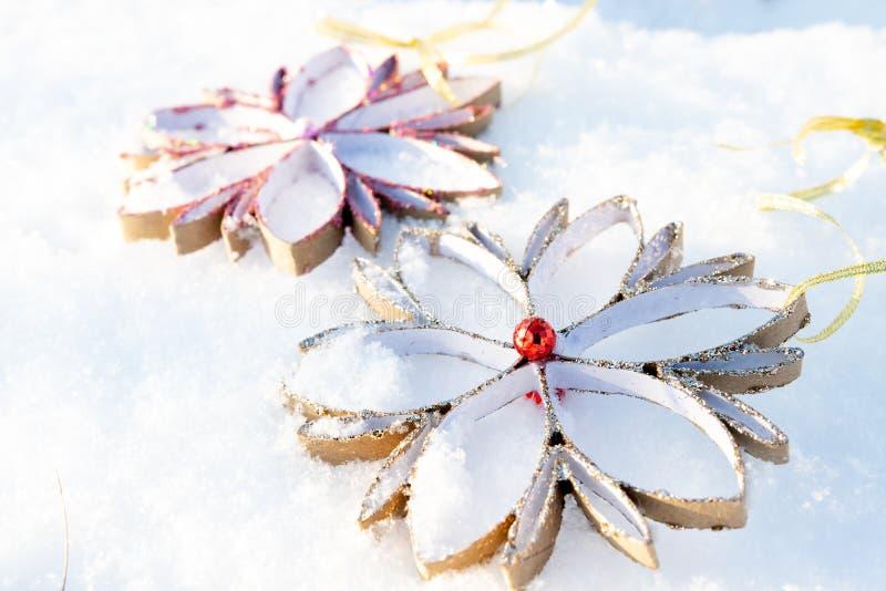 Ложь 2 орнаментов снежинок домодельная на снеге стоковые изображения rf