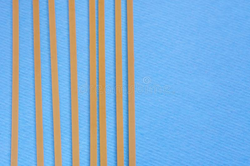 Ложь 8 сырая спагетти на голубой параллели предпосылки друг к другу minimalism Пустое место стоковая фотография