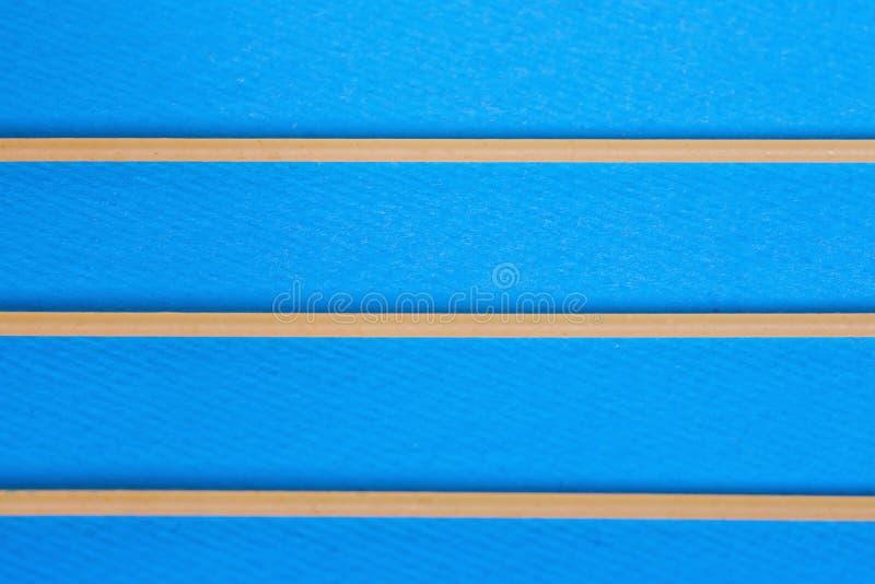 Ложь 3 сырая спагетти на голубой предпосылке minimalism r стоковое изображение