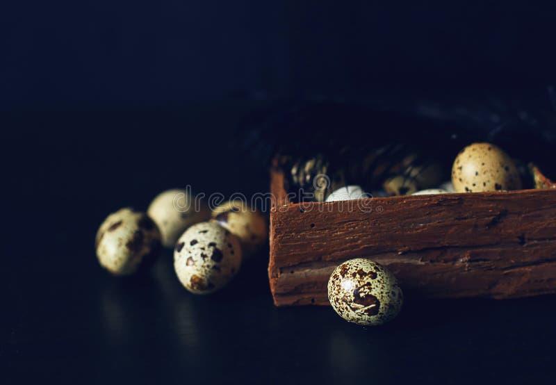 Ложь яичек триперсток в деревянном меньшая коробка стоковое изображение rf