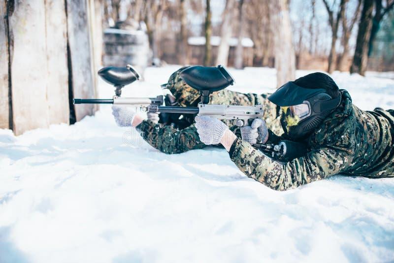 2 лож игроков пейнтбола на снеге стоковая фотография rf
