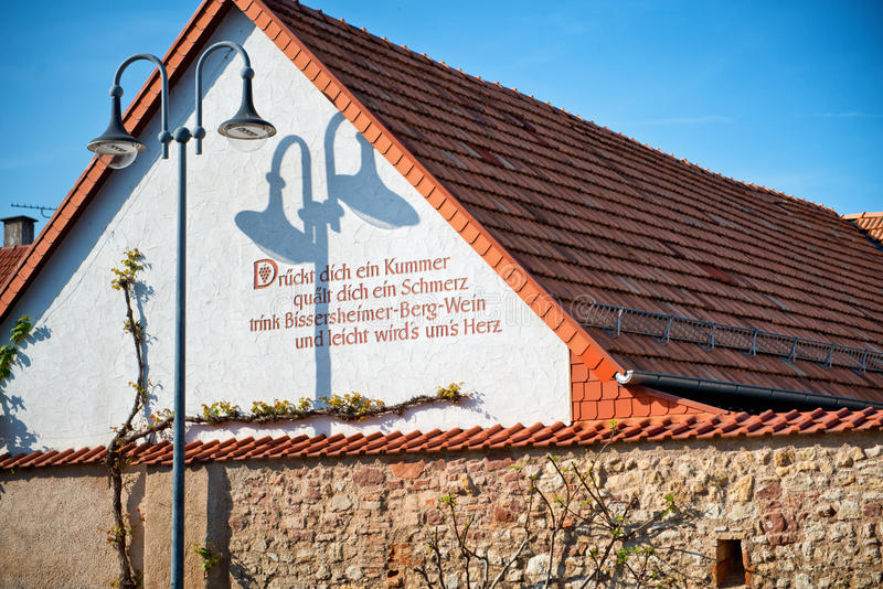 Лозунг покрашенный на здании в Bissersheim, Германии стоковое фото