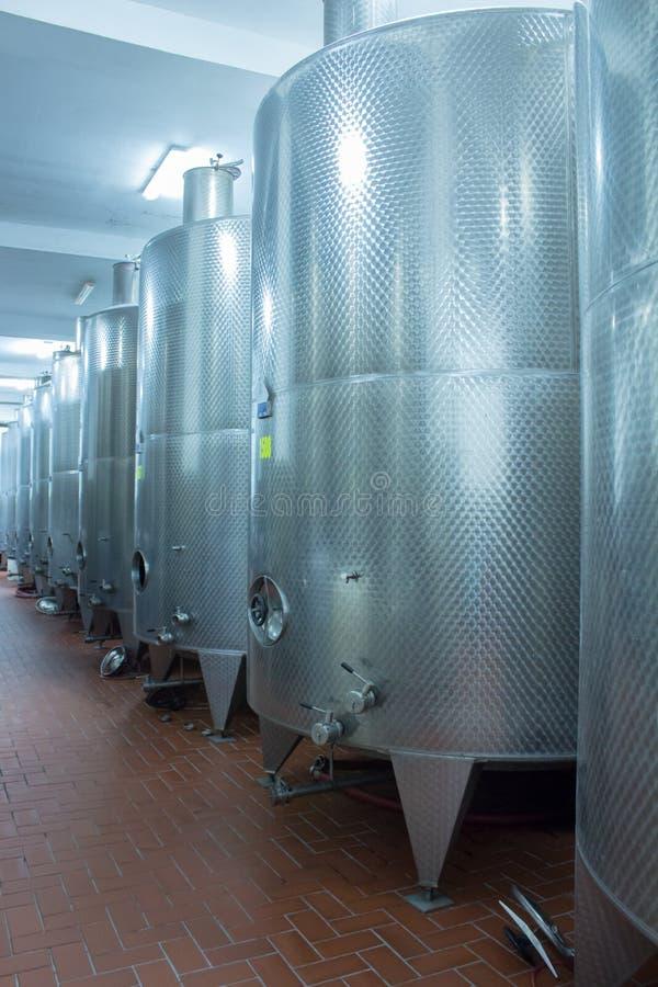 Лозы винокурни заквашивать контейнеры стоковое фото