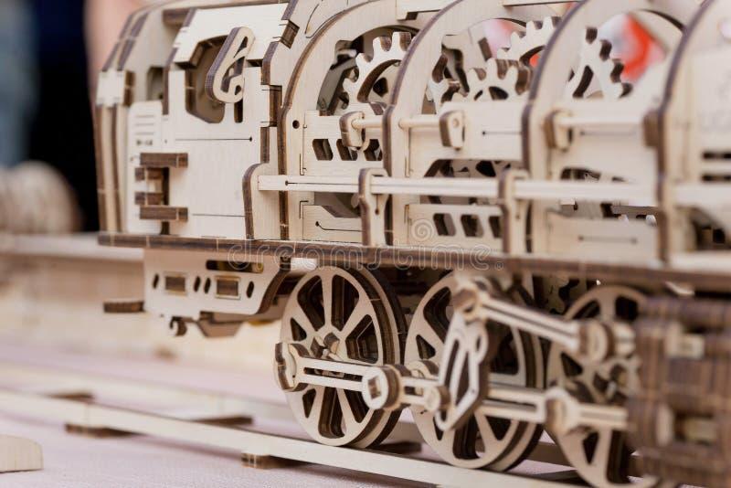 Локомотив пара детей деревянный, собранный от отрезанных частей стоковые фотографии rf