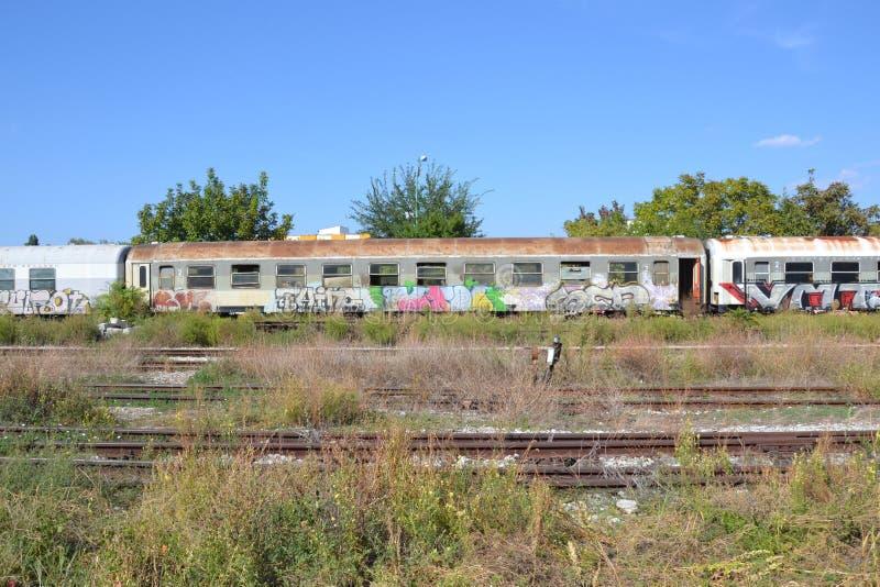 Локомотив пара перед старым железнодорожным вокзалом стоковое изображение rf