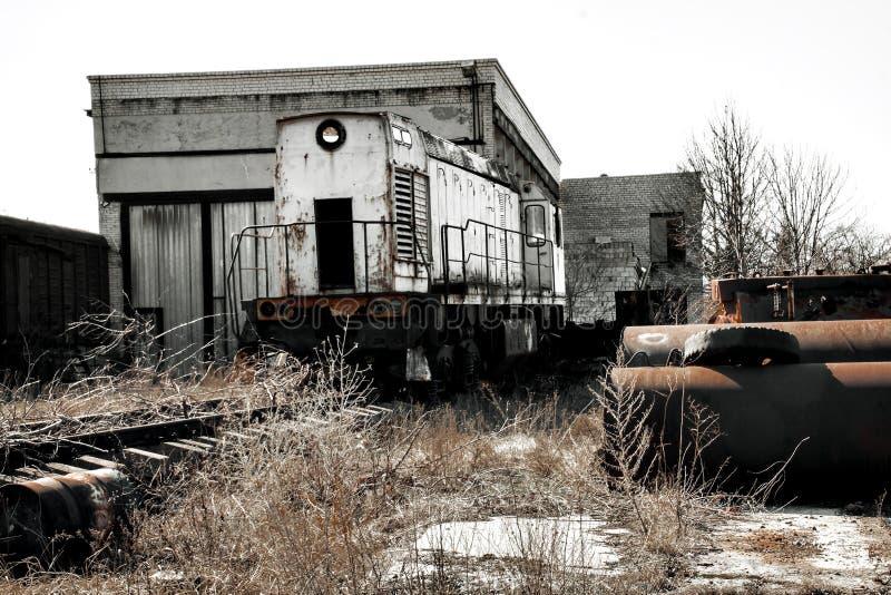 Локомотив поезда на руинах стоковое изображение rf