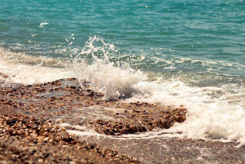Ломать пену моря больших волн Sunlit стоковая фотография