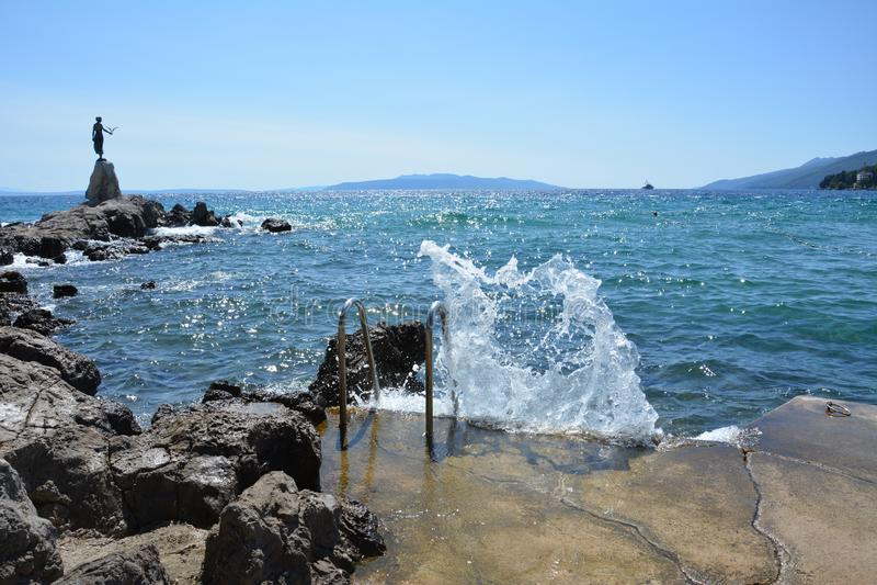 Ломая волна на скалистом пляже стоковые фото