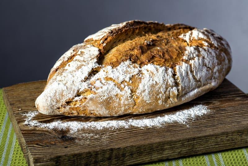 Ломоть хлеба на деревянной разделочной доске стоковое фото