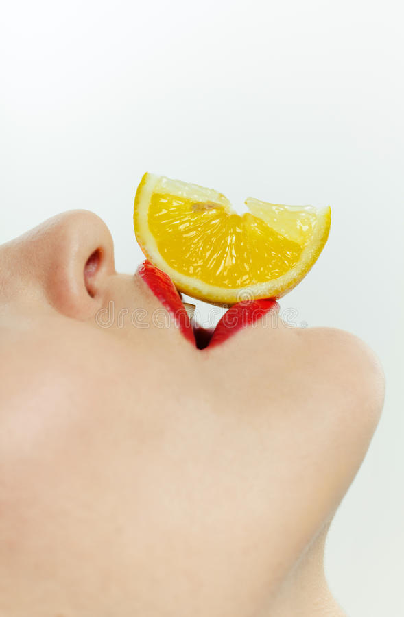ломтик съемки лимона ith девушки крупного плана стоковая фотография