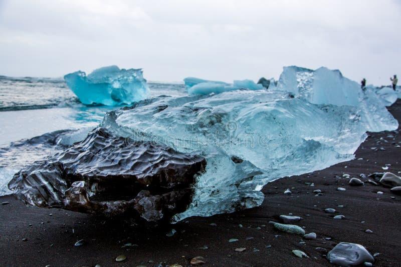 Ломти ледникового льда на пляже диаманта стоковые изображения