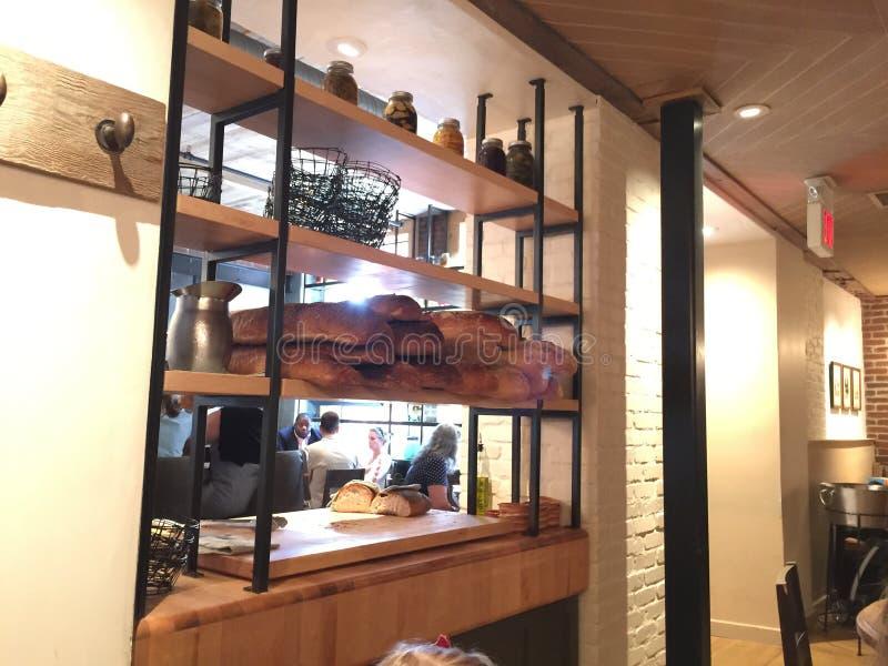 Ломти хлеба на промышленном shelving стоковая фотография rf