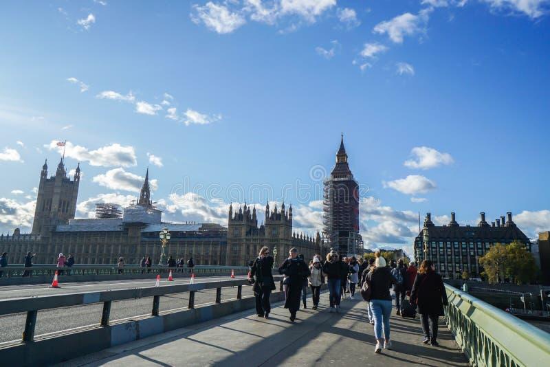 Лондонец и туристы на мосте Вестминстера в празднике стоковые изображения rf