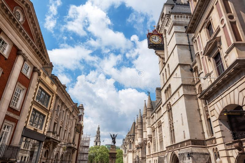 Лондон, Адвокатура виска, памятник, и королевские суды стоковое изображение rf