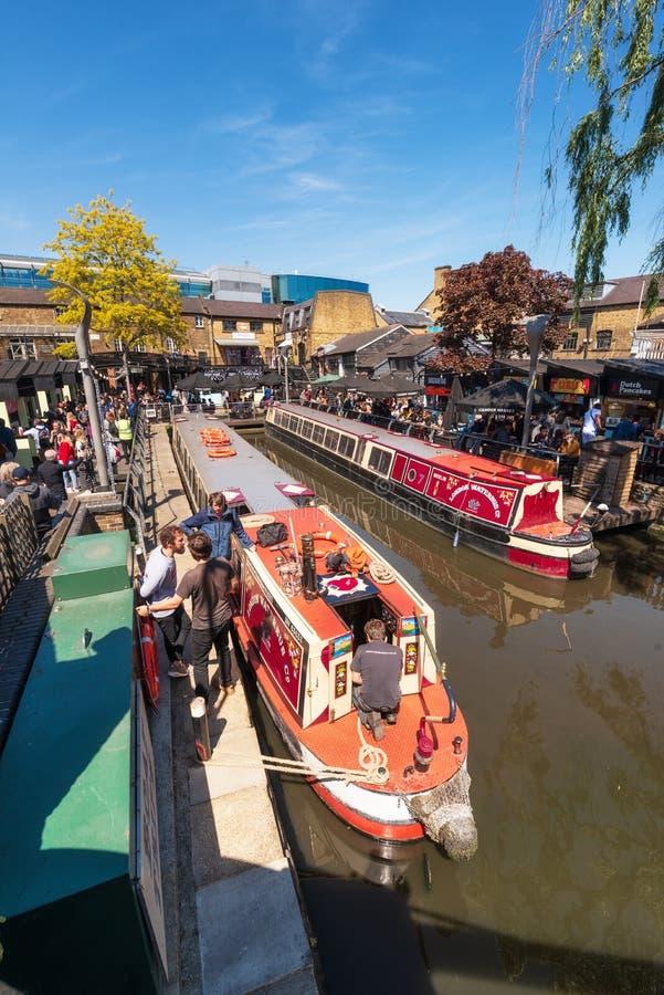 Лондон, Англия Великобритания - 14-ое мая 2019: Шлюпка проводя к каналу правителя с людьми вокруг в замке Camden или Camden стоковые фотографии rf
