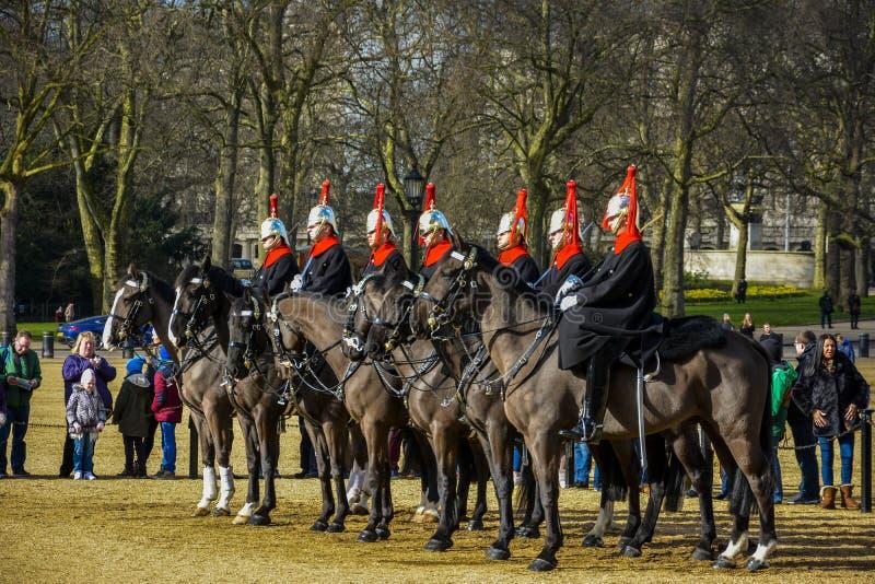 ЛОНДОН, Англия Великобритания - 15-ое февраля 2016: Ее высочество солдаты предохранителя жизни ` s ферзя от кавалерии домочадца стоковое фото rf