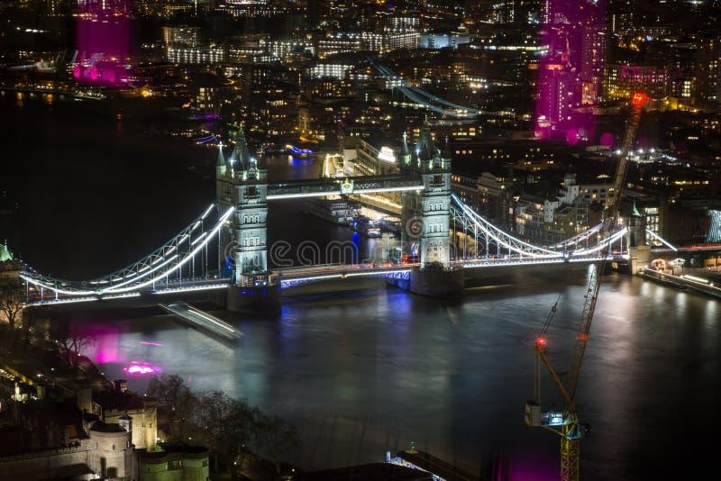 Лондон, Англия - вид с воздуха Темзы моста и реки башни с отражениями стоковое изображение rf