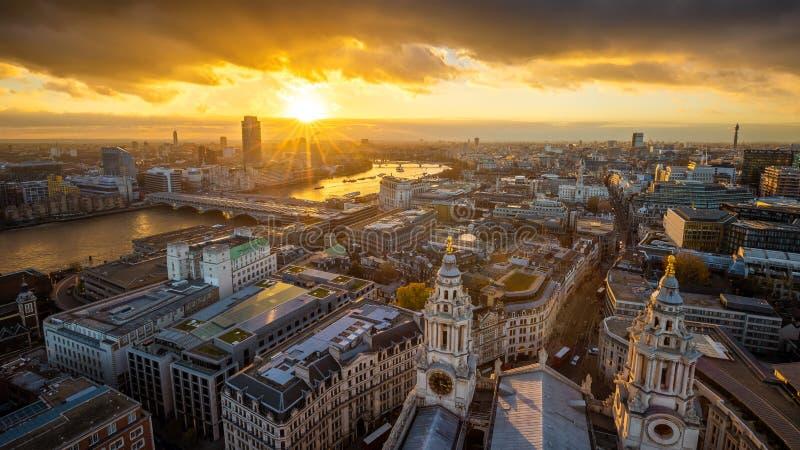 Лондон, Англия - воздушный панорамный взгляд горизонта Лондона принятый от верхней части собора ` s StPaul на заходе солнца стоковые фотографии rf