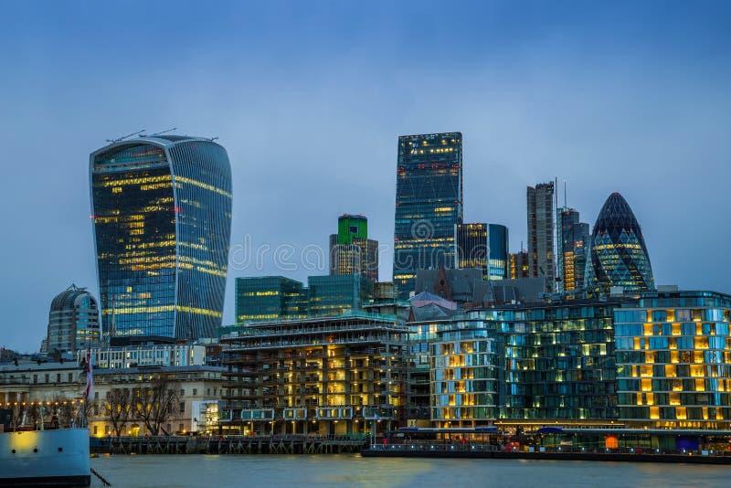 Лондон, Англия - накрените, финансовый район мира известный Лондона с небоскребами стоковые фотографии rf