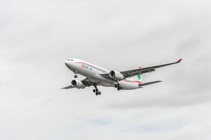 ЛОНДОН, АНГЛИЯ - 22-ОЕ АВГУСТА 2016: Посадка аэробуса A330 авиакомпаний OD-MEE MEA в авиапорте Хитроу, Лондоне стоковые изображения
