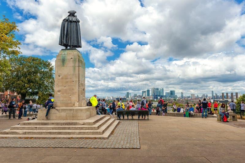 ЛОНДОН, АНГЛИЯ - 21-ОЕ АВГУСТА 2016: Статуя и люди генерала Джеймс Wolfe вокруг в парке Greewich стоковые изображения