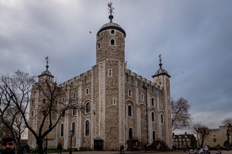 ЛОНДОН, АНГЛИЯ, 10-ое декабря 2018: Белая башня - главный замок внутри башня Лондона и наружные стены в Лондоне, стоковое изображение rf