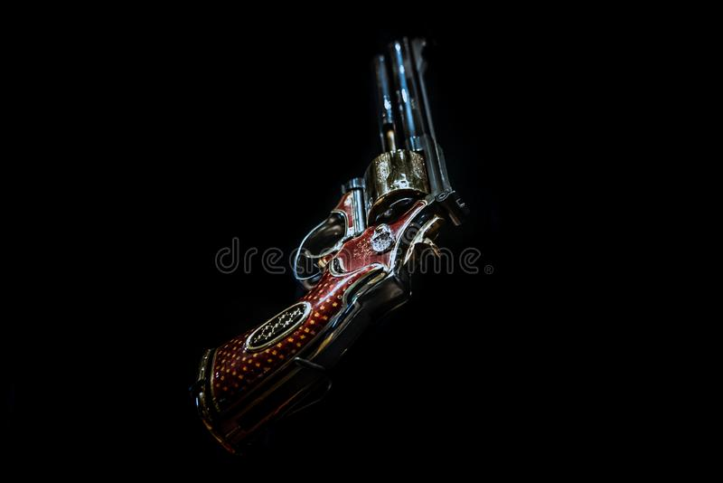ЛОНДОН, АНГЛИЯ, 10-ое декабря 2018: револьвер пистолета изолированный на черной предпосылке Jeweled револьвер, подгонял Большая в стоковое изображение rf