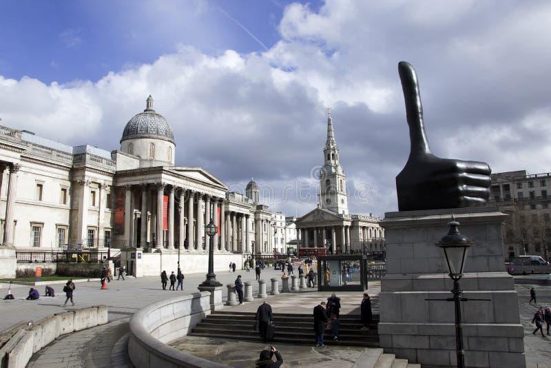 Лондон, Англия: 7-ое марта 2018: Взгляд национальной галереи с большими пальцами руки ` ` s Дэвида Shrigley поднимает статую ` на стоковые фото