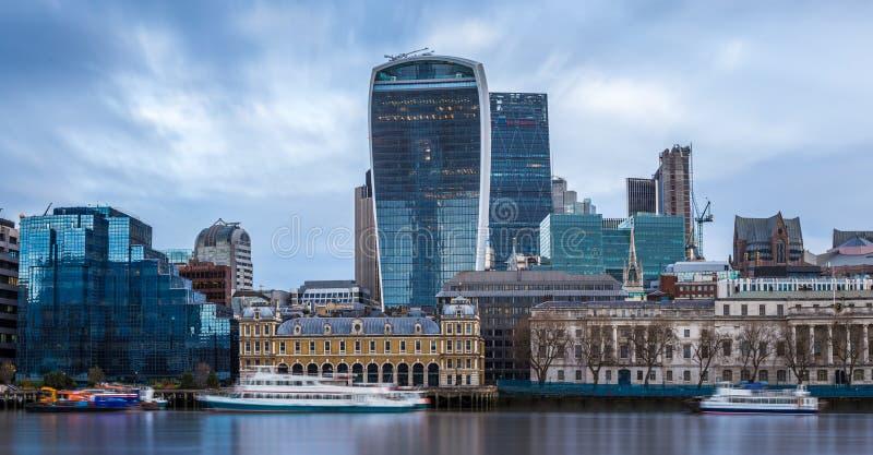 Лондон, Англия - панорамный взгляд горизонта известного района банка центрального Лондона стоковое изображение