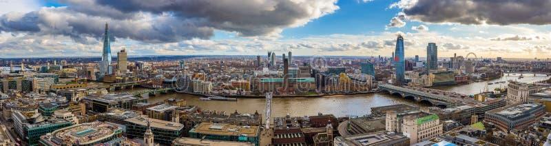 Лондон, Англия - панорамный взгляд горизонта Лондона с мостом тысячелетия, известными небоскребами и другими ориентир ориентирами стоковые изображения rf