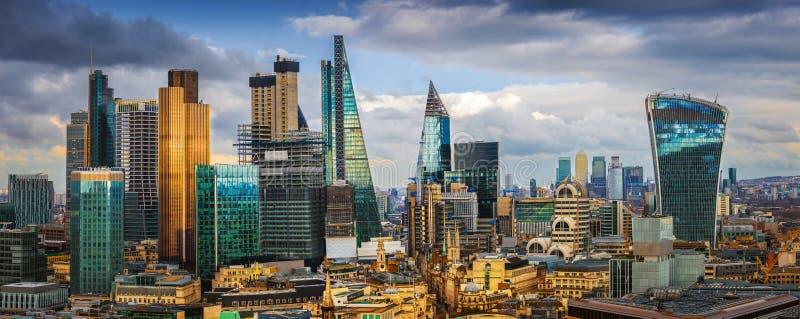 Лондон, Англия - панорамный взгляд горизонта причала банка и канерейки, центрального ` s Лондона водя финансовые районы стоковое фото