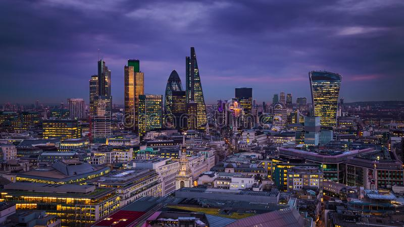 Лондон, Англия - панорамный взгляд горизонта района банка Лондона стоковая фотография
